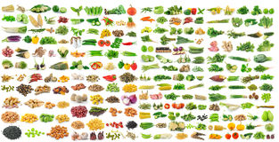 Grupo de grões e de vegetal no fundo branco