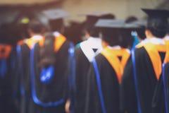 Grupo de graduados durante el comienzo Educaci?n del concepto imagen de archivo libre de regalías