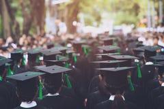 Grupo de graduados durante el comienzo Educaci?n del concepto fotos de archivo