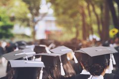 Grupo de graduados durante el comienzo Educaci?n del concepto imágenes de archivo libres de regalías