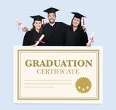 Grupo de graduados en casquillo y vestido con el certificado de la graduación fotos de archivo
