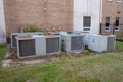 Grupo de grandes compressores do condicionador de ar fora da construção commerical fotografia de stock royalty free