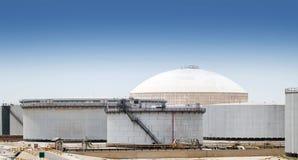 Grupo de grandes depósitos de gasolina Arábia Saudita Imagem de Stock Royalty Free
