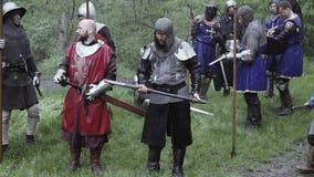 Grupo de guerreros que se colocan con sus armas listas, batalla medieval almacen de metraje de vídeo
