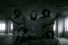 Grupo de hacker encapuçado com posição da máscara fotografia de stock