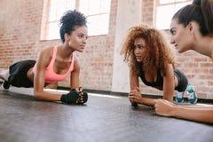 Grupo de hembras que ejercitan en el gimnasio fotografía de archivo