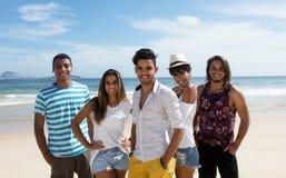 Grupo de hombre multiétnico y de mujeres en la playa Imágenes de archivo libres de regalías