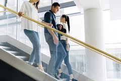 Grupo de hombre de negocios que camina y que toma las escaleras foto de archivo libre de regalías