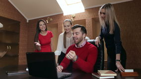 Grupo de hombres de negocios acertados que trabajan en la oficina con el ordenador metrajes