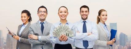 Grupo de hombres de negocios con el dinero del efectivo del dólar Fotos de archivo libres de regalías
