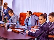 Grupo de hombres de negocios de la oficina de las sillas del marrón Imagen de archivo libre de regalías
