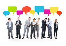 Grupo de hombres de negocios de las comunicaciones con las burbujas del discurso Fotos de archivo libres de regalías