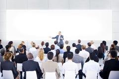 Grupo de hombres de negocios en la presentación del negocio imagen de archivo libre de regalías