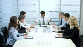 Grupo de hombres de negocios en las negociaciones almacen de video