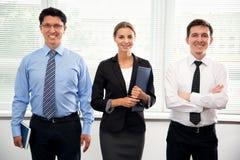 Grupo de hombres de negocios en oficina Fotografía de archivo libre de regalías