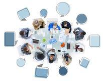 Grupo de hombres de negocios en una reunión con las burbujas del discurso Foto de archivo libre de regalías