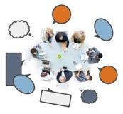 Grupo de hombres de negocios en una reunión con las burbujas del discurso Imágenes de archivo libres de regalías