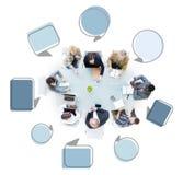 Grupo de hombres de negocios en una reunión con las burbujas del discurso Imagen de archivo libre de regalías