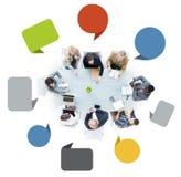 Grupo de hombres de negocios en una reunión con las burbujas del discurso Imagen de archivo
