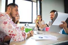 Grupo de hombres de negocios jovenes, empresarios de lanzamiento que trabajan en su empresa en espacio coworking imagen de archivo
