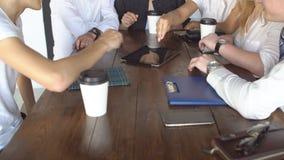 Grupo de hombres de negocios jovenes que usan la tableta en cafetería almacen de metraje de vídeo