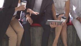 Grupo de hombres de negocios jovenes que usan la tableta en cafetería Cámara lenta metrajes