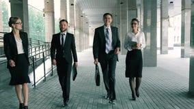 Grupo de hombres de negocios jovenes y atractivos que se encuentran antes de trabajo almacen de video