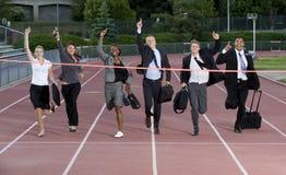 Grupo de hombres de negocios que cruzan la meta Imagenes de archivo