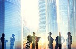 Grupo de hombres de negocios que discuten al aire libre Imagenes de archivo