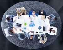 Grupo de hombres de negocios que discuten análisis estadístico Imagen de archivo libre de regalías