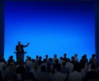 Grupo de hombres de negocios que escuchan un discurso ilustración del vector