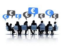 Grupo de hombres de negocios que hacen frente con a la muestra euro Foto de archivo libre de regalías