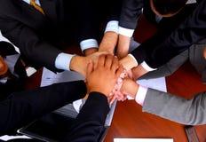 Grupo de hombres de negocios que hacen una pila de manos imagen de archivo libre de regalías