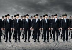 Grupo de hombres de negocios que se colocan en un crudo Foto de archivo