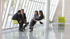 Grupo de hombres de negocios que tienen reunión informal almacen de video