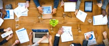 Grupo de hombres de negocios que trabajan en el concepto de la oficina fotografía de archivo