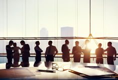 Grupo de hombres de negocios que trabajan en la oficina foto de archivo