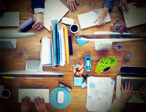 Grupo de hombres de negocios que trabajan en un concepto del escritorio de oficina imagen de archivo