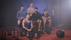 Grupo de hombres fuertes en el gimnasio que sacude sus cabezas para indicar el rechazo almacen de metraje de vídeo