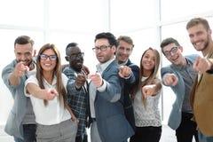 Grupo de hombres jovenes acertados que señalan en usted Foto de archivo