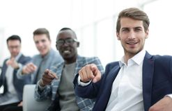 Grupo de hombres jovenes acertados que señalan sus fingeres en usted Imagenes de archivo