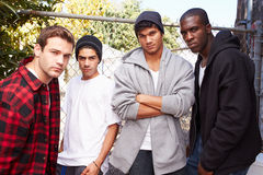 Grupo de hombres jovenes en el ambiente urbano que hace una pausa el FE imágenes de archivo libres de regalías