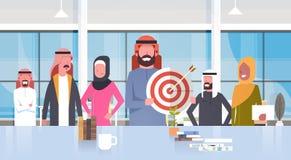 Grupo de hombres de negocios árabes en los musulmanes modernos Team Wearing Traditional Clothes de Hold Target Aim del hombre de  Imágenes de archivo libres de regalías