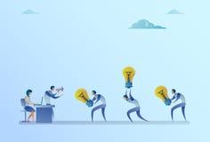 Grupo de hombres de negocios de Carry Light Bulbs To Manager que lleva a cabo nuevo concepto de la idea del megáfono Fotos de archivo