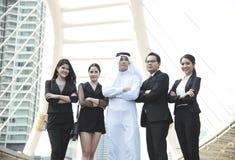 Grupo de hombres de negocios con el árabe del hombre de negocios para la dirección Imagen de archivo