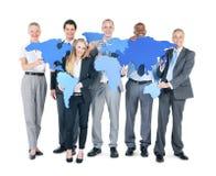 Grupo de hombres de negocios con los continentes fotografía de archivo