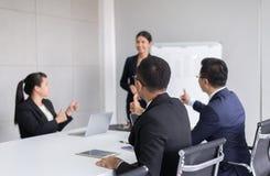 Grupo de hombres de negocios del tumb encima de las manos al altavoz después de encontrar, de la presentación del éxito y del sem fotos de archivo