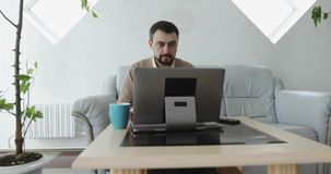 Grupo de hombres de negocios diverso que trabajan y que usan espacios comunes en un edificio de oficinas moderno grande almacen de video