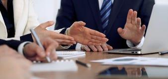 Grupo de hombres de negocios o de abogados en la reunión, primer de las manos fotografía de archivo libre de regalías