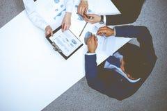 Grupo de hombres de negocios que analizan los documentos financieros, visi?n desde arriba Personas del asunto en la reuni?n fotografía de archivo libre de regalías